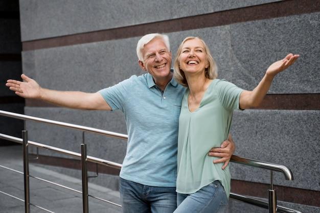 Casal feliz de idosos posando juntos ao ar livre Foto gratuita