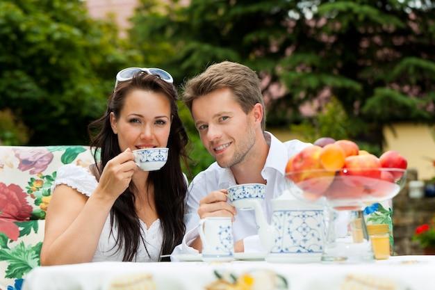 Casal feliz desfrutando de seu café Foto Premium