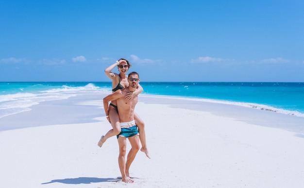 Casal feliz juntos em um período de férias pelo oceano Foto gratuita
