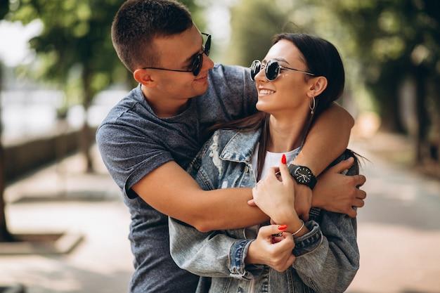 Casal feliz juntos no parque Foto gratuita