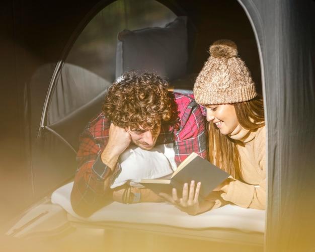 Casal feliz lendo juntos Foto gratuita