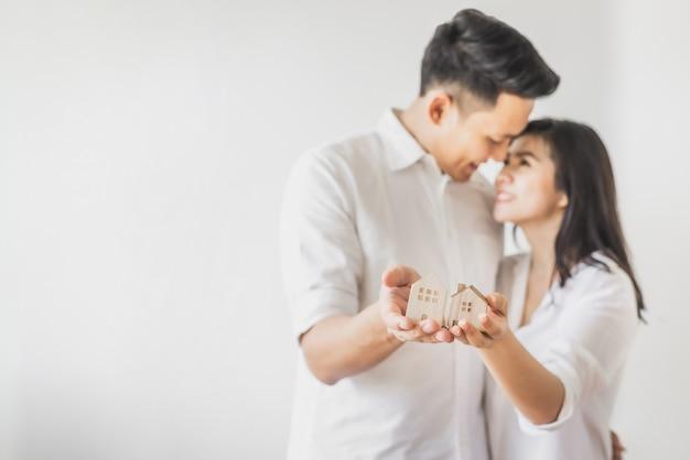 Casal feliz, movendo-se para nova casa Foto Premium