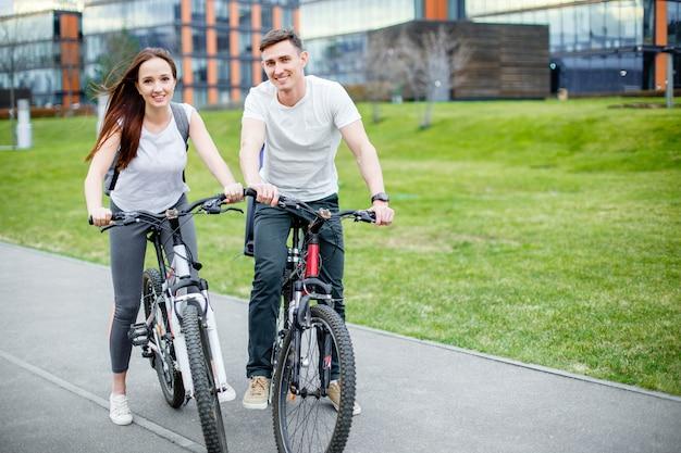 Casal feliz na cidade com bicicleta Foto Premium