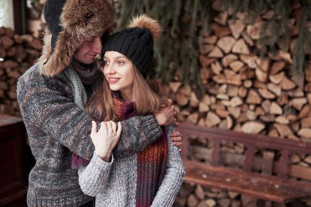 Casal feliz natal apaixonado abraço na floresta fria de inverno nevado, copyspace, festa de festa de ano novo, férias e férias, viagens, amor e relações Foto Premium