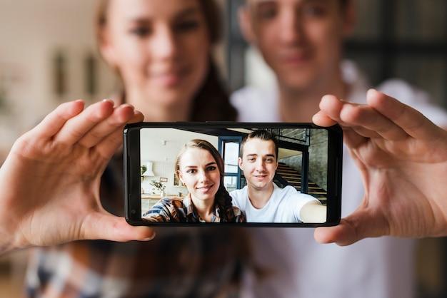 Casal feliz no amor fazendo selfie juntos Foto gratuita