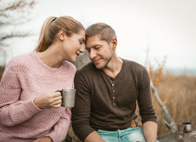Casal feliz no amor tocou suas testas na natureza Foto Premium
