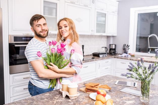 Casal feliz no dia dos namorados Foto Premium