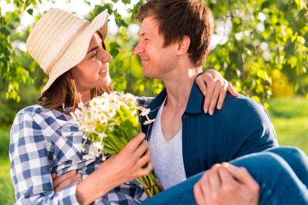 Casal feliz no encontro no parque Foto gratuita