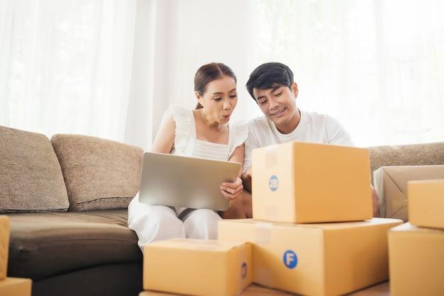 Casal feliz no escritório em casa com negócios on-line, marketing on-line e trabalho freelance Foto gratuita