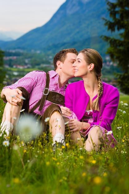 Casal feliz no prado alpino Foto Premium