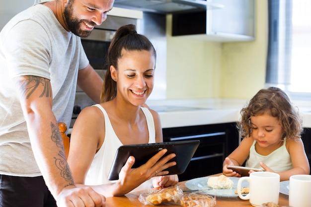 Casal feliz olhando para tela digital tablet Foto gratuita