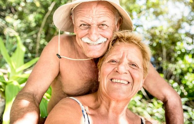 Casal feliz sênior se divertindo tomando selfie na tailândia selva viagem na ilha hopping tour Foto Premium