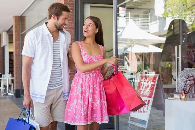 Casal feliz sorrindo um para o outro Foto Premium
