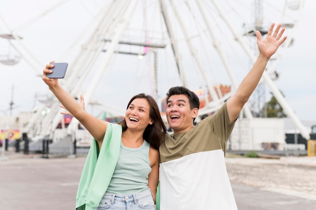 Casal feliz tirando uma selfie juntos Foto gratuita