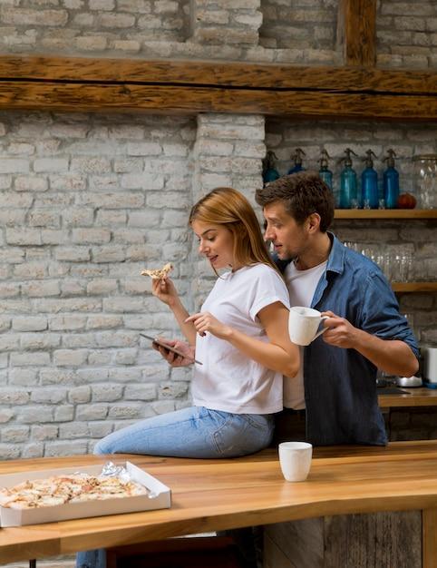 Casal feliz tomando café da manhã juntos em casa Foto Premium