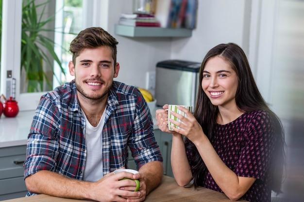 Casal feliz tomando café juntos em casa Foto Premium