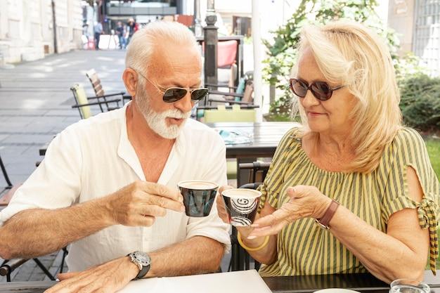 Casal feliz tomando café juntos Foto gratuita
