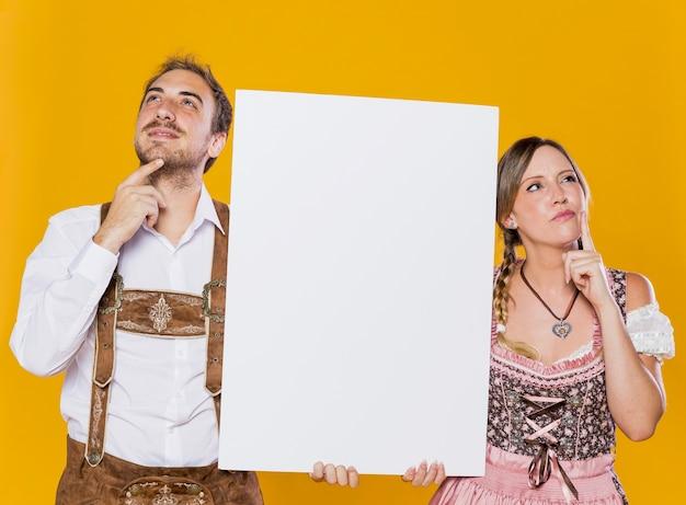 Casal festivo com pensamento de mock-up Foto gratuita