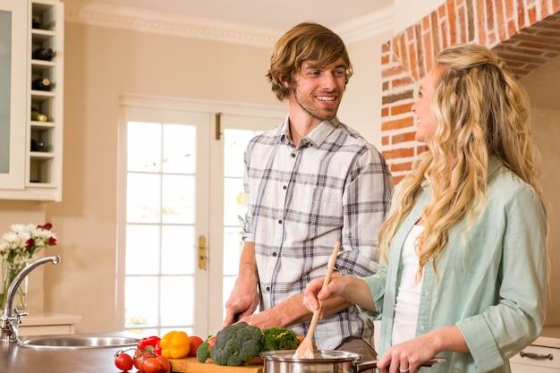 Casal fofo cozinhar juntos na cozinha Foto Premium