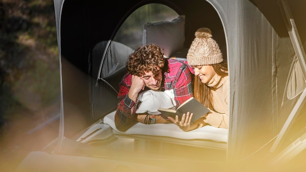 Casal fofo de tiro médio lendo juntos Foto Premium