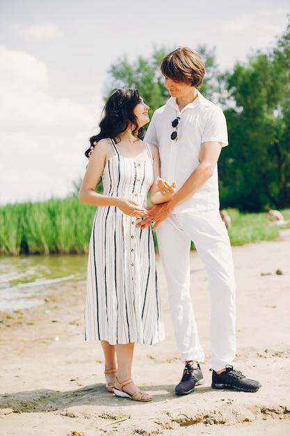 Casal fofo em um parque de verão Foto gratuita