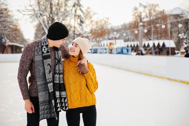 Casal fofo em uma arena de gelo Foto gratuita