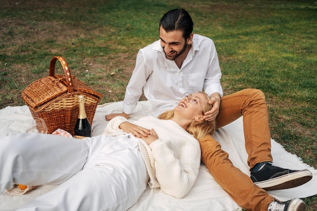 Casal fofo fazendo piquenique juntos Foto gratuita