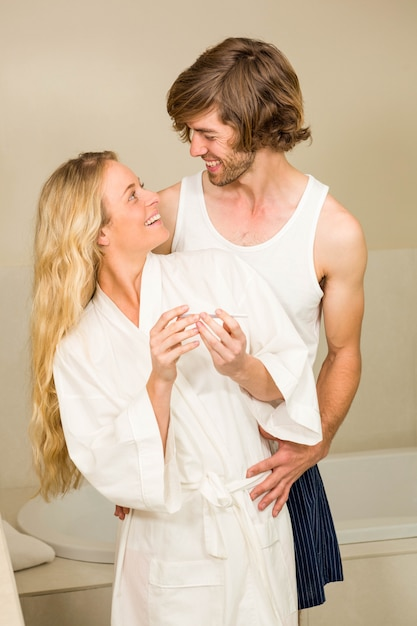 Casal fofo feliz em ver o teste de gravidez positivo no banheiro Foto Premium