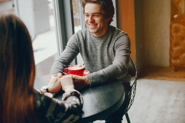 Casal fofo passa o tempo em um café Foto gratuita