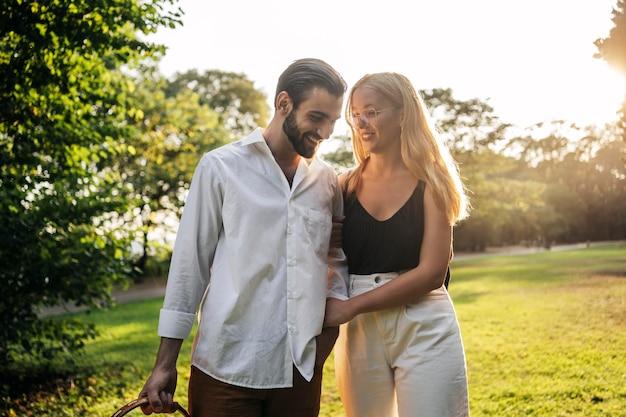 Casal fofo passando um tempo juntos Foto gratuita