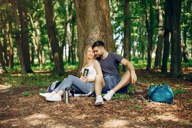 Casal fofo tem um descanso em uma floresta de verão Foto gratuita