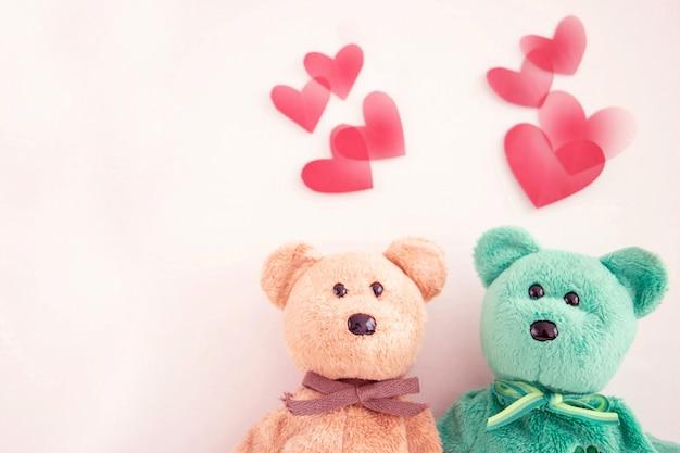 Casal fofo urso de pelúcia com balões de coração vermelho Foto Premium