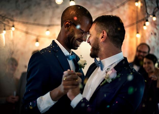 Casal gay dançando no dia do casamento Foto Premium