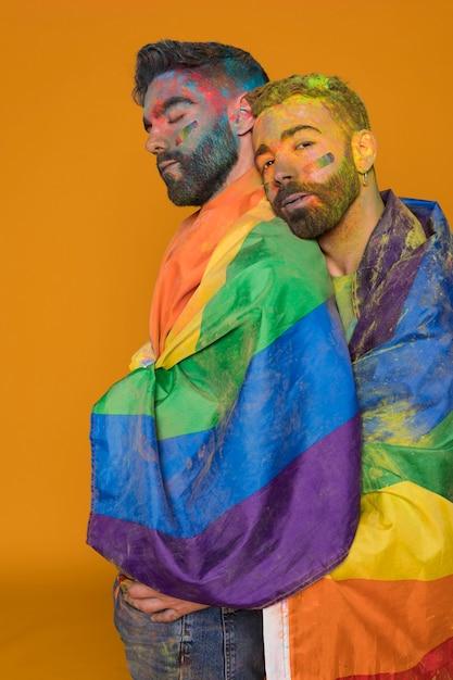 Casal gay em pó de arco-íris Foto gratuita