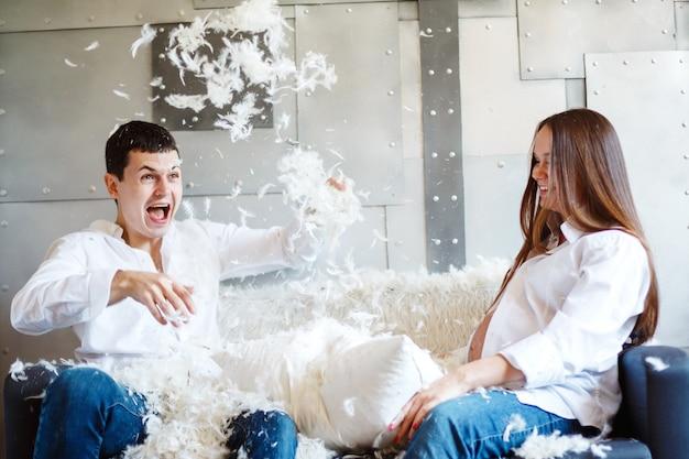 Casal grávida se divertindo e rindo Foto Premium