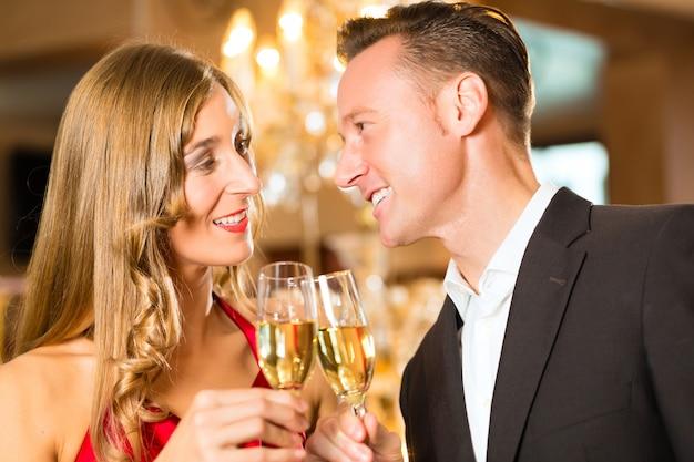 Casal, homem e mulher, bebendo champanhe Foto Premium