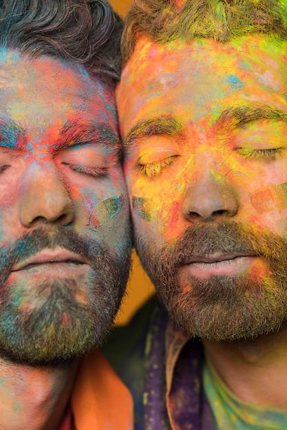 Casal homossexual de homens bonitos jovens pintados artísticos Foto gratuita