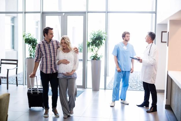 Casal interagindo uns com os outros no hospital Foto Premium