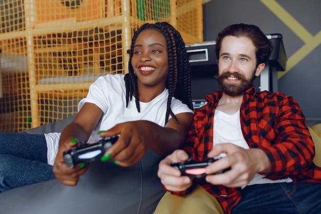 Casal internacional jogando videogame Foto gratuita