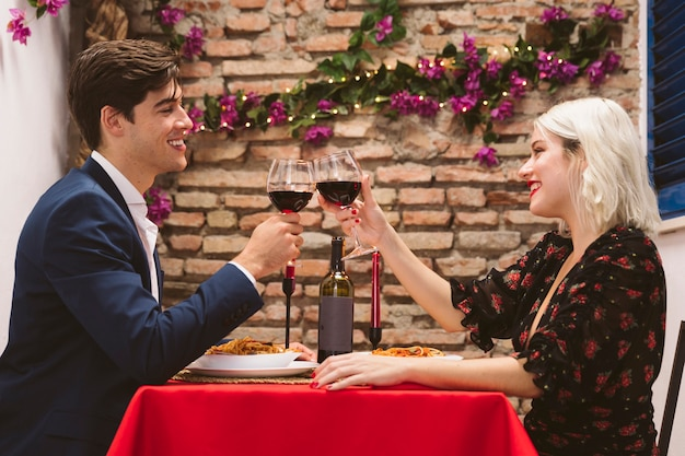 Casal jantando no dia dos namorados Foto gratuita