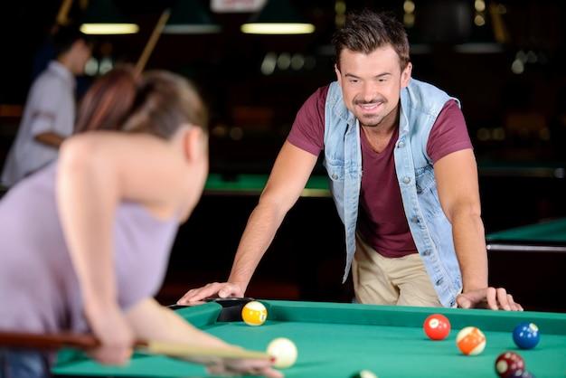Casal joga bilhar no clube de bilhar. Foto Premium