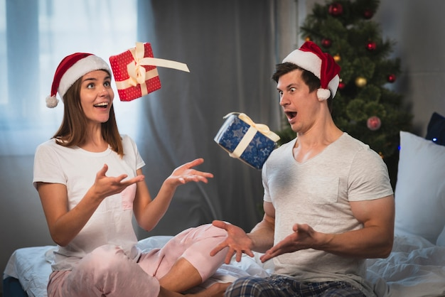 Casal jogando presentes no ar Foto gratuita