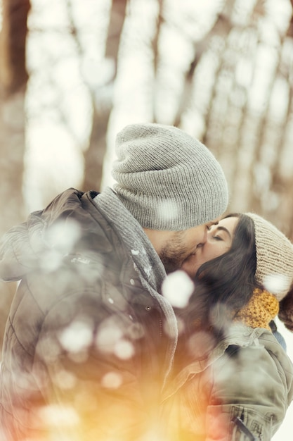 Casal jovem alegre, andando em um dia de inverno Foto gratuita