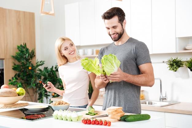 Casal jovem, aproveitando seu tempo em casa Foto gratuita
