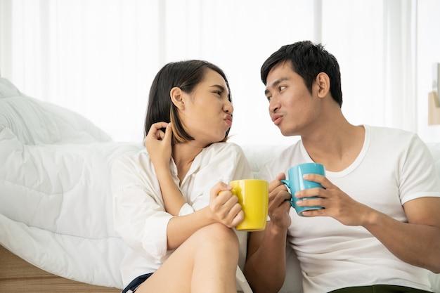 Casal jovem asiático desfrutando junto com café da manhã em badroom, lazer, casal, relacionamento e dia dos namorados. fotografe com copyspace. Foto Premium