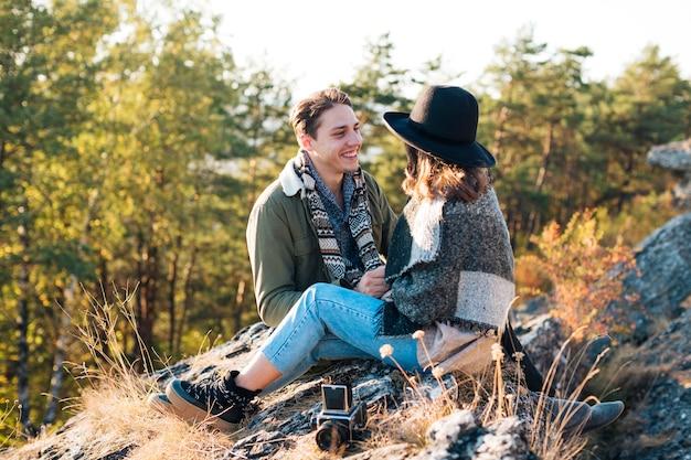 Casal jovem bonito, apreciando a natureza Foto gratuita