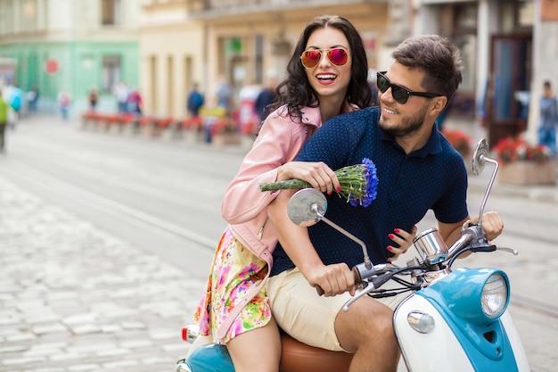Casal jovem bonito hippie andando na rua de motocicleta Foto gratuita