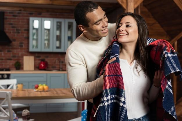 Casal jovem bonito juntos em casa Foto gratuita