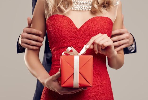 Casal jovem bonito sensual vestido com roupas formais Foto Premium