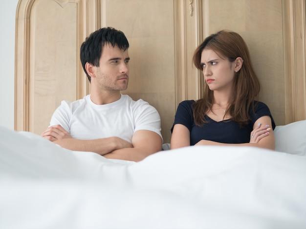Casal jovem chateado com problemas no quarto Foto Premium